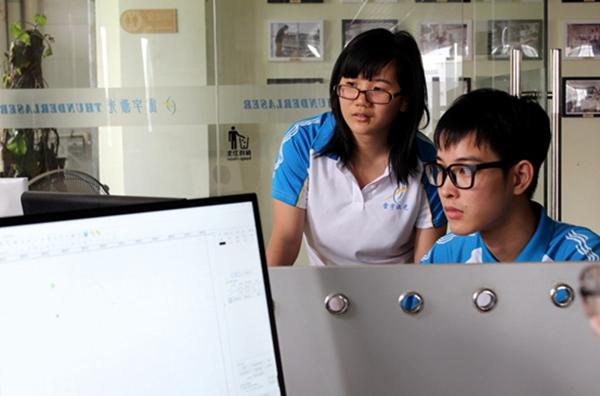 雷宇激光的新同事正在通过视频学习激光切割机的操作技巧https://www.thunderlaser.cn/products/desktop-laser-cutter.html