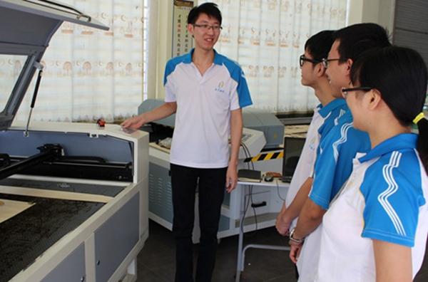 技术部Tom在给新同事讲解激光切割机操作规范