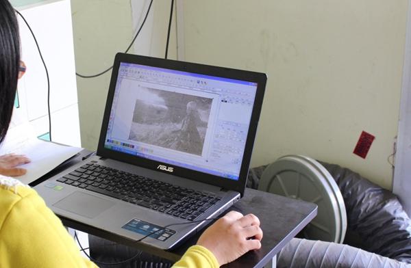 Yumiko正在对照片进行软件优化处理,通过软件的这个功能,可以将雕刻效果发挥到极致。