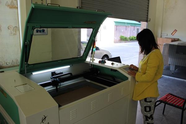 放置材料并开始使用雕刻机进行工作