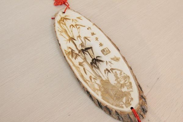 烙画又称烫画,火笔画,中国传统艺术珍品,用火烧热烙铁在物体上熨出烙痕作画。古代称烙画为火针剌绣、烫画、烙花或火笔画等等,是一种珍稀的民间艺术。这种民间艺术对烙画人的技术有一定的要求,尤其是当烙画人物和风景画的时候表现最为突出,需要把握好人物面容和形体的准确、生动和风景的轮廓、浓密度等等。 那么对于我们普通人,想要亲手烙画是否就没有办法呢?是否像别人口中所说的需要学个三五年才能自己烙画?其实,并不需要,因为我们有雷宇激光切割雕刻机。最快的刀,最准的尺和最亮的光结合需要烙画的图,简简单单便超越
